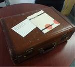C'est dans cette valise que se sont promenées les Éditions Prise de parole à ses débuts.
